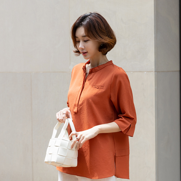 TBA3122 [MADE D] Low-Hand Double Neck Blouse